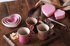 【Sweet Heart Collection】バレンタインからホワイトデーにかけてのギフトにぴったりな限定商品を発売いたします。ストーンウェアは、異なる  ピンクが3枚組み合わさったハートシェイプの「トリプル・ハート・ディッシュ・セット」と、カップルで揃えられる3色の  「マグカップ(S)&スプーン」をご用意しました。シリコンウェアは「マルチ・ハートカップ・セット」と「コンディメント・スプレッダー BH」をお得なセットでご提供いたします。  http://www.lecreuset.co.jp/onlineshop/hot-products/sweetheart-collection.html