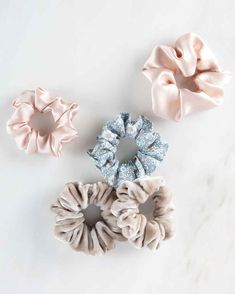 Scrunchies were a go-to accessory for many of us in middle school. Bring back an old favorite from the and by sewing your fabric scraps into hair scrunchies. These also make great gifts for your friends! Diy And Crafts Sewing, Crafts To Sell, Diy Crafts, Sell Diy, Decor Crafts, Martha Stewart, Craft Projects, Sewing Projects, Sewing Tips