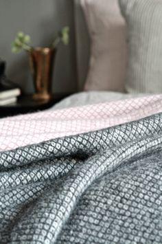Klippan pläd, rosa, svart, grått sovrum studio karin Bedroom Bed, Beautiful Things, Bliss, Bedding, Coloring, Living Room, Interior, Handmade, Inspiration