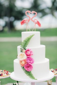 Beautiful Tropical Wedding Cakes -white cake decorated with flowers and leaves and with a flamingo cake topper Summer Wedding Cakes, Unique Wedding Cakes, Wedding Cake Designs, Unique Weddings, Wedding Themes, Tropical Weddings, Quirky Wedding, Wedding Ideas, Glamorous Wedding