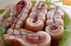 Daca va place slanina, atunci cu siguranta veti aprecia aceasta reteta delicioasa. Slanina este fiarta in saramura cu coji de...