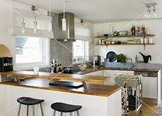 Offene Küche - Theke und Ablage mit Holzarbeitsplatte auf weissen Schränken – living4media