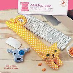 Descanso para os pulsos enquanto digita. Legal, não é?DeskTop Wrist Rest Pets Pattern ~ need this!