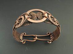 Tissé à la main robuste bracelet en cuivre avec une rondelle de cuivre plus grande focale et muni d'un fermoir martelé. Le tissu utilisé ajoute une belle texture au bracelet et ajoute beaucoup de profondeur quand oxydé. Avec des rondelles plus de cuivre sur les côtés et l'ajout de