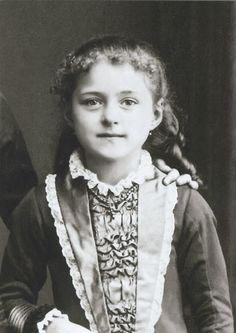 """Foto de Santa Teresinha do Menino Jesus com aproximadamente 08-09 anos. Desde criança era inteligentíssima e tinha uma personalidade forte e marcante. Era a """"rainhazinha"""" da casa, sem ser """"pedante"""" ou """"chata"""". Ao contrário: seu espírito vivaz e ativo era voltado para Deus e para o amor e respeito pela família."""