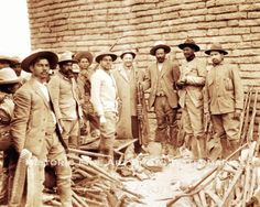 Pancho Villa with members of his army, Mexico 1914 Pancho Villa, Old Pictures, Old Photos, Vintage Photos, Mexican American, American History, Cristero War, Mexican Revolution, Chihuahua Mexico