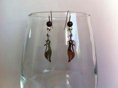 Boucles d'oreilles en acier chirurgical avec estampes chat et perles violette : Boucles d'oreille par nessymatriochka