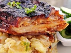 Omlós hasaalja, hagymás törtburgonyával Hungarian Recipes, Salmon Burgers, Bacon, Grilling, Dinner Recipes, Pork, Food And Drink, Meals, Chicken