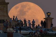 Crowds look on as the super moon rises behind the Fremantle War Memorial at Monument Hill on November 14 2016 in Fremantle Australia A super moon. Ernst Hemingway, Images Esthétiques, Super Moon, Look At You, Aesthetic Pictures, Les Oeuvres, Scenery, Around The Worlds, In This Moment