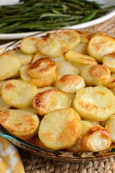 Crispy Potato Topped Meat Pie (Minced Beef Hotpot) - a delicious family meal of minced beef and veggies in gravy, topped with sliced potato. Mince Recipes, Beef Recipes, Cooking Recipes, Meatball Recipes, Potato Dishes, Beef Dishes, Tasty Dishes, Food Dishes, Side Dishes