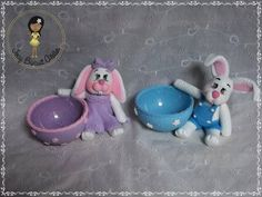 Coelho porta doces em biscuit Clay Pen, Pasta Flexible, Clay Projects, Easter Eggs, Bunnies, Biscuits, Polymer Clay, Christmas Ornaments, Holiday Decor