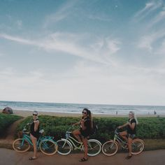 Beach bike rides are the perfect summer weekend workout Best Friend Pictures, Friend Photos, Workout Tumblr, Rando Velo, Weekend Workout, I Need Vitamin Sea, Surf, Best Friend Goals, Best Friends Forever