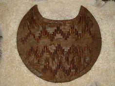 Pelta: Pequeño escudo atribuido a las amazonas, hecho de madera o material de mimbre y cubierto de cuero.