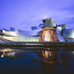 Throwback Thursday to when Frank Gehry's design for the Guggenheim Museum in Bilbao, Spain, was constructed. Gehry has designed numerous buildings, including multiple museums. Frank Gehry, Fondation Louis Vuitton, Famous Buildings, Amazing Buildings, Zaha Hadid, Museu Guggenheim Bilbao, Museum Architecture, Architecture Design, Building Architecture