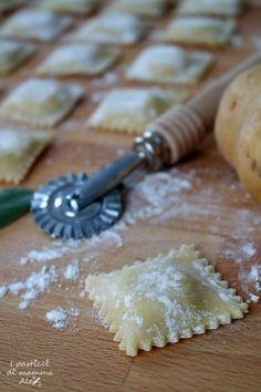 Torta salata con broccoli e provolone Gnocchi Pasta, Ricotta Ravioli, Pasta Maker, Food Decoration, Homemade Pasta, Pasta Recipes, Italian Recipes, Food And Drink, Pizza