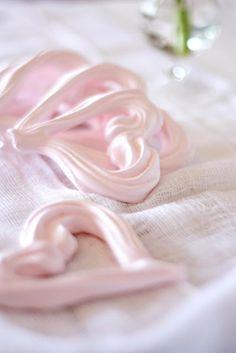Corazones de merengue al horno.