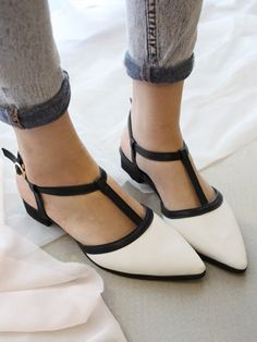 Contrast Point Flat Shoes