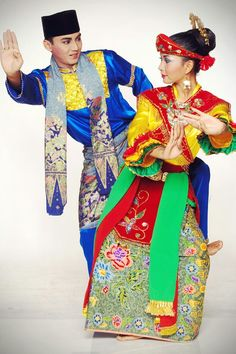 Traditional Fashion, Traditional Outfits, Indonesian Wedding, Ethnic Diversity, Costumes Around The World, Marriage Dress, Folk Dance, Traditional Wedding Dresses, Folk Costume
