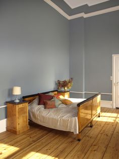 """Hier ein Schlafzimmer in """"Ganga"""". Obwohl der Ton sehr kräftig ist, gibt er dem Raum eine ruhige, klare Atmosphäre."""