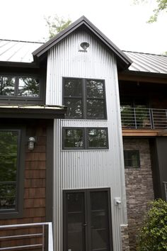 front entry standing seam metal roof, corrugated galvanized metal siding Really like! Design Seeds, Modern Rustic, Modern Farmhouse, Roof Design, House Design, Porches, Steel Framing, Metal Siding, Barndominium Floor Plans
