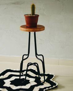 Tapete de crochet preto e branco do @oiapartamento202
