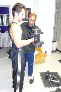 Julien en coaching musculation avec Tina Anglio, comme nombreux d'entres vous, la musculation passe par une technique poitilleuse, il y a plusiseurs méthodes et pour éviter les blessures entrer en contact avec des professionnels. Des programmes adaptés en musculation vous sont prodigués pour vous faire évoluer. Sur notre site online catégorie coaching choisissez votre coachs..!