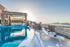 Michaela, a private villa for rent in Santorini, offers the ultimate luxury Greek holiday experience! ✨