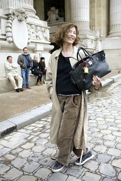 Jane Birkin avec LE sac Birkin créé pour elle par Hermès. Jane Birkin with the Birkin bag created for her by Hermès.