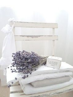 White and Shabby & lavender Lavender Cottage, French Lavender, White Cottage, Cottage Style, Lavender Garden, Baños Shabby Chic, Shabby Vintage, Shabby Chic Furniture, Decoration Shabby
