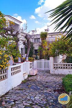 Port Ebre, à #EMPURIABRAVA   A louer ici, appartement T2 avec vue sur petit port privé 57 €/nuit RÉSERVATION ICI --> http://irles-invest-immo.com/es/annonce/empuriabrava-location-appartement-t2-atypique-avec-vue-sur-les-canaux/  Photo : Marie-Eve Calderara