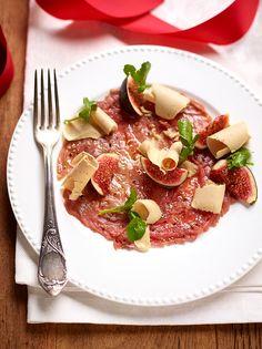 Carpaccio van rund met truffelolie, vijgen en eendenlever http://dlhz.be/1xVWCHV