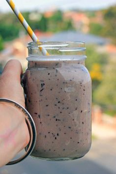 Banana-Berry-Smoothie - a simple mix of bananas, V8-juice, blueberries and coconut water / theveggiemama.com