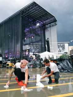 twenty one pilots trying to clean up the rain for the show Tyler Joseph, Tyler Y Josh, Twenty One Pilots, Josh Dun, Life Pictures, Funny Pictures, Life Pics, Emo Bands, Music Bands