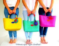 BOLSAS TEJIDAS EN PLÁSTICO 100% mexicanas Elaboradas por mujeres mexicanas. Gracias por permitir  que muchas mujeres mexicanas no dejen de tejer sus sueños. www.manosquetejenmexico.com Monkey Bag, Mexican Outfit, Boho Bags, Craft Bags, Tote Backpack, Basket Bag, Satchel Handbags, My Bags, Bag Making