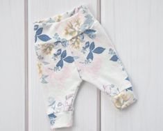 Newborn Baby Girl Clothes, Floral Print, Baby Gifts - My list of the most healthy baby products Baby Girl Fashion, Toddler Fashion, Toddler Outfits, Kids Outfits, Kids Fashion, Summer Outfits, Baby First Outfit, Handmade Baby Items, Girls Coming Home Outfit