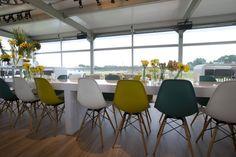 Die perfekte Inneneinrichtung ist auch für mobile Locations ein Muss! Hier der Design-Klassiker - der DSW Chair von Charles & Ray Eames- von der @partyrentgroup .