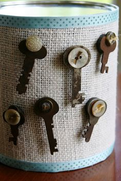 old key & button magnets Old Key Crafts, Diy And Crafts, Arts And Crafts, Vintage Keys, Vintage Buttons, Antique Keys, Button Art, Button Crafts, Old Keys