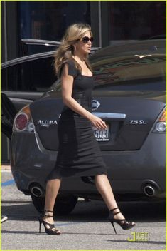 Jennifer Aniston works with Adam Sandler on the set of Just Go with It on Wednesday (April in Los Angeles. Jennifer Aniston Boyfriend, Jennifer Aniston Dress, Jennifer Aniston Pictures, Jenifer Aniston, Stylish Work Outfits, Casual Outfits, Rachel Green Style, John Aniston, Glamour