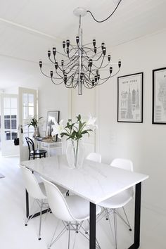Homevialaura | Flos 2097/30 | Gino Sarfatti | modern chandelier |  monochrome home | modern classic interior | neutral decor | calacatta marble dining table
