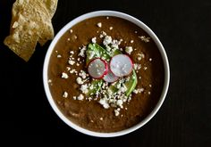 Une soupe délicieuse aux Haricots Noirs Chips, Champagne, Pudding, Desserts, Food, Black Bean Soup, Recipe, Mexican Cheese, Coriander Leaves