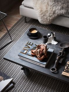 Living Room : DIY Coffee table on wheels – via Coco Lapine Design Coffee Table With Wheels, Coffee Table Styling, Diy Coffee Table, Decorating Coffee Tables, Diy Table, Diy Interior, Interior Styling, Interior Architecture, Interior Decorating