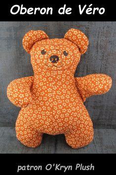 Oberon de Véro en coton orange à petites fleurs blanches Dinosaur Stuffed Animal, Orange, Animals, Plush, Model Face, Cuddling, Little Flowers, Bears, Animales