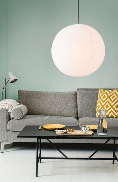 Rund papirlampe lavet af rispapir med tæt stiplede linjer. Lampen er en del af vores Premium Collection, som er håndlavede papirlamper i høj kvalitet, med en tæt tråd. Det betyder at lampen får et mere stramt design, som passer godt ind i den Skandinaviske stil.  Lampen her gør sig godt i stort set alle sammenhæng. Størrelsen er nem at indrette med og kan derfor bruges over spisebordet, i soveværelset, over køkkenbordet eller lignende. Lights, Honeycombs, Table, Furniture, Home Decor, Self, Homemade Home Decor, Lighting, Tables