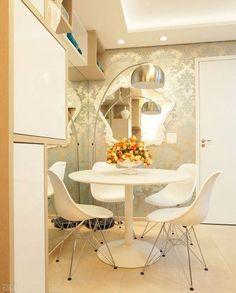 Uma peça menor, com moldura rococó de plástico (Barrock, 1,08 x 1,04 m, da Tok Stok, R$ 999,90), enfeita a superfície, que leva papel de parede estampado (Broadway Pag: 14, da JVN Products, Decor in Book, R$ 280 o rolo de 10 x 0,53 m). Sala de jantar: mesa Tasse (R$ 990) e cadeiras Eames (R$ 448 cada). Tok Stok. Projeto de Only Design.: