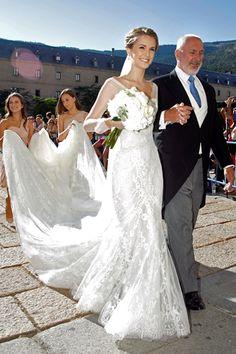 Astrid Klisans, arquiteta venezuelana casou - se com o cantor Carlos Baute no ano passado com um lindíssimo vestido Manuel Mota confeccion...