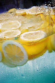 Agua con limón... ¡un remedio casero contra los resfriados! Toma nota en http://blog.viva-aquaservice.com/2012/11/03/el-agua-con-limon-un-remedio-casero-contra-los-resfriados/