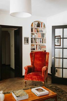 How to Lean Into Eclectic Granny The Minimalist Way (Via A Vintage Lover's Dream Home Tour) - Emily Henderson Eclectic Living Room, Eclectic Decor, Living Room Decor, Eclectic Style, Living Room Vintage, Living Rooms, Home Decor Inspiration, Decoration, Sweet Home