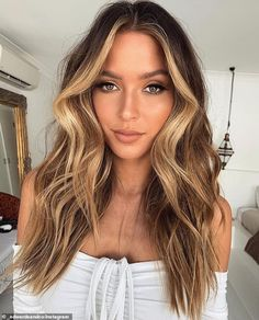Want to pull off effortless honey blonde hair color? Before bringing it to life, check out our inspo ideas: caramel balayage hair, bright highlights, warm golden ombre, and lots of charming shades are here! Brown Hair Balayage, Balayage Brunette, Hair Color Balayage, Caramel Balayage, Blonde Brunette Hair, Balyage Long Hair, Honey Balayage, Blonde Ombre, Ombre Hair