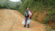 Transportation des cadeaux à pied au village
