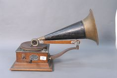Canadian Victor E front mount phonograph.